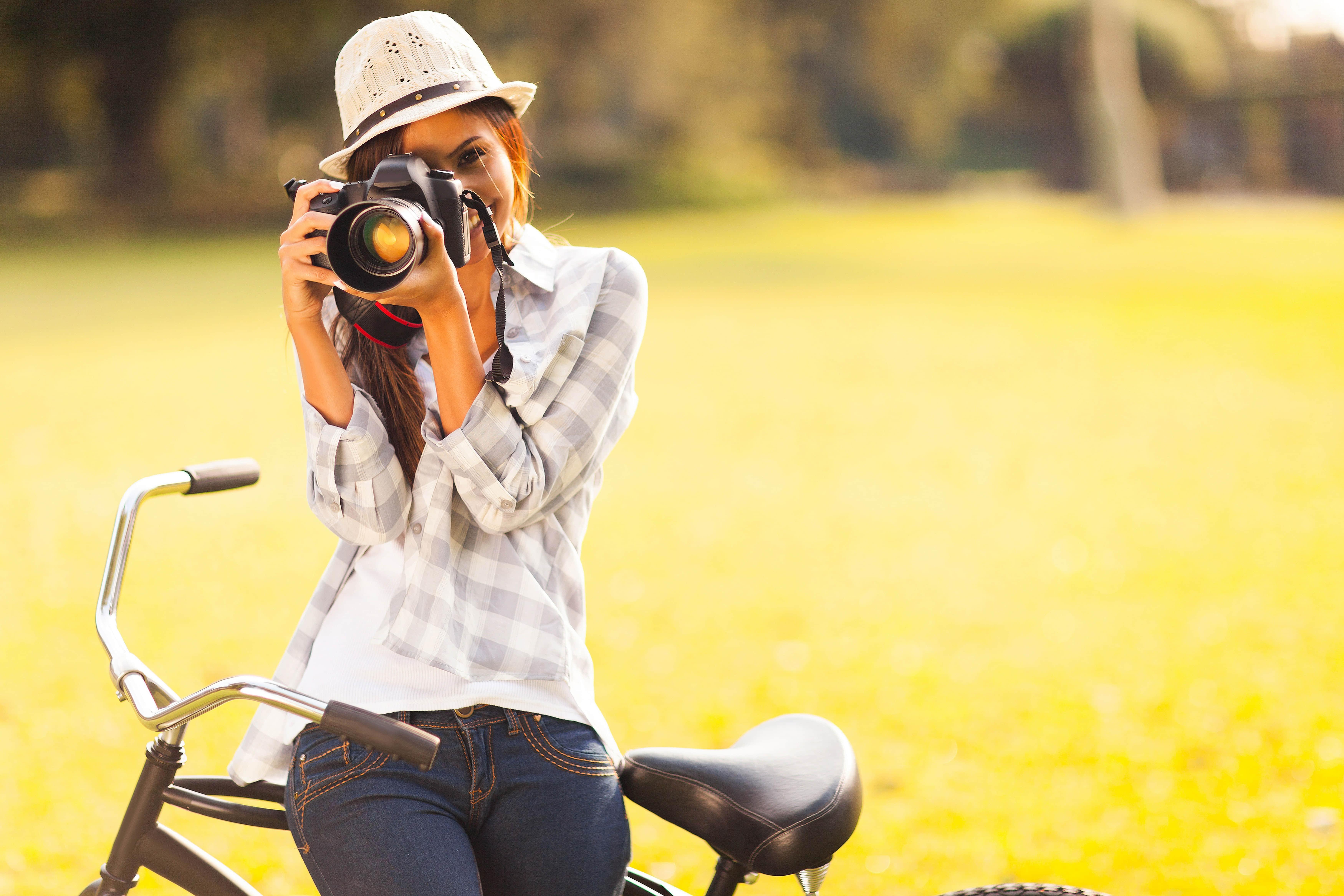 棕色头发的女孩 帽子 相机 自行车 女摄影师 7K图片_彼岸图网
